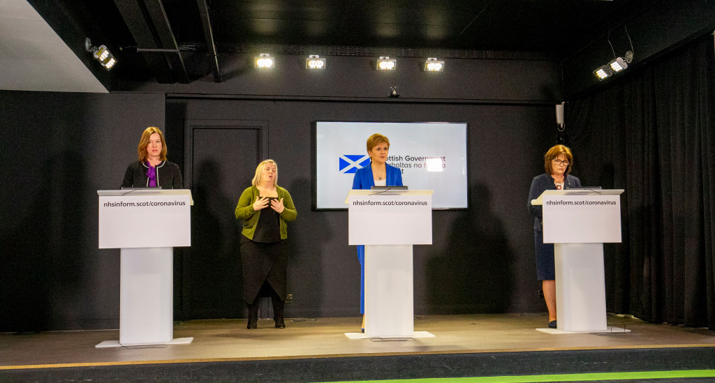 Calderwood en su última conferencia junto a la primera ministra Nicola Sturgeon y la ministra de salud Jeane Freeman
