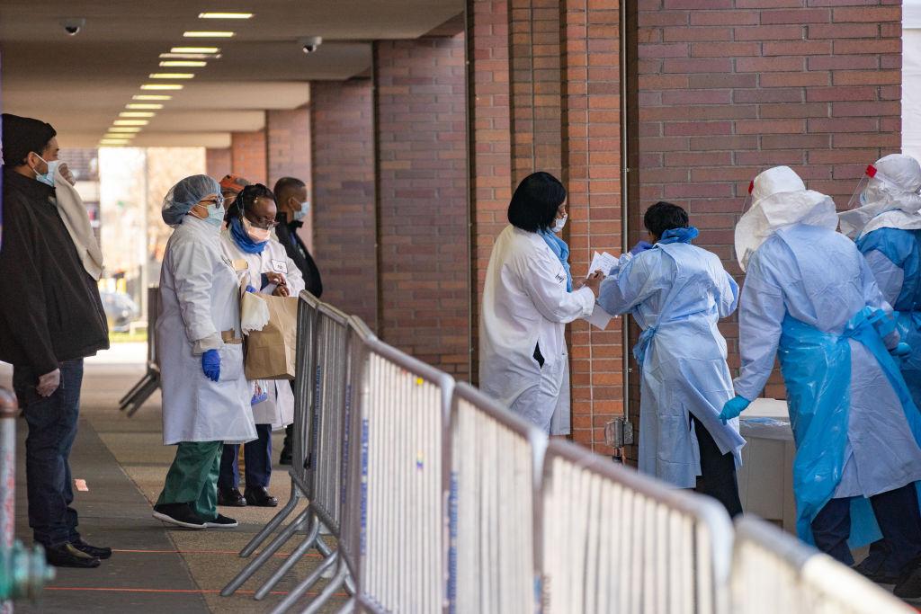 Personal médico aguarda la llega de pacientes del Covid-19 en el barrio de Brooklyn