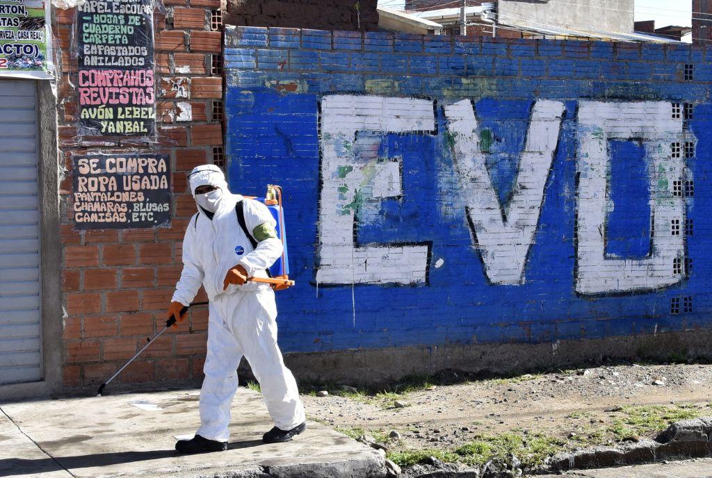 Un trabajador sanitario limpia las calles de la ciudad boliviana El Alto