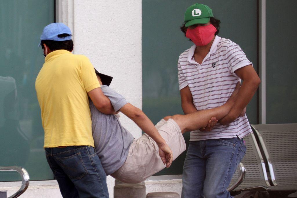 Una persona es llevada en andas en medio de la crisis del Covid-19 en Ecuador