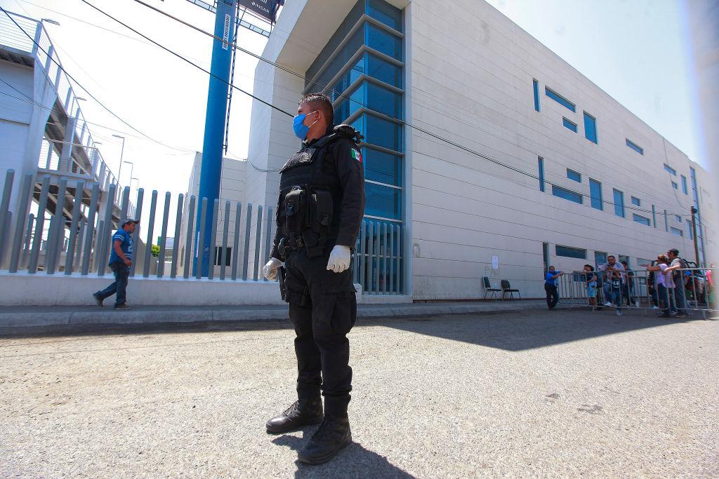 Un policía mexicano cuida el ingreso al Hospital de Querétaro
