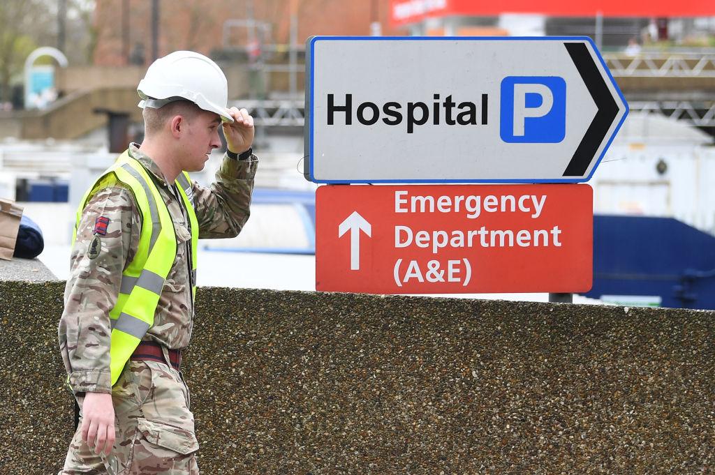 Un efectivo militar vigila las afueras de un hospital del Reino Unido