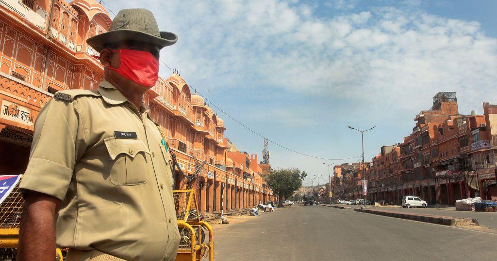 Un policía vigila una calle en la ciudad india de Jaipur