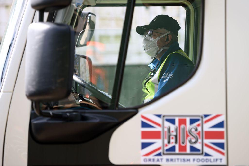 Un trabajador del transporte utiliza una mascarilla en Inglaterra