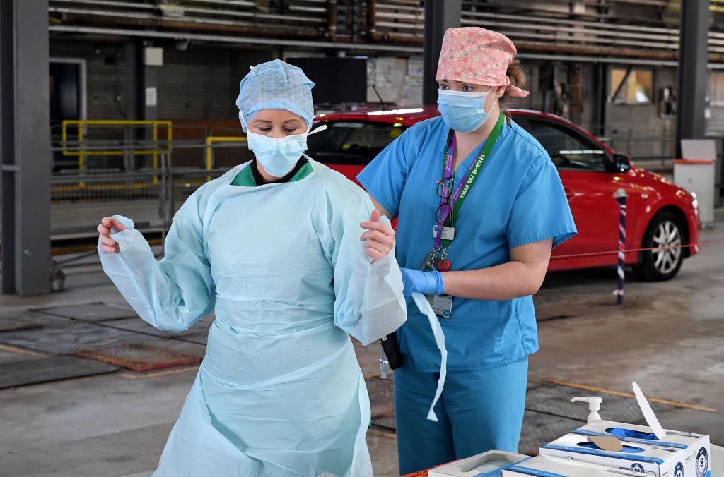 Unas trabajadoras de la salud se colocan ropa de seguridad en un hospital de Irlanda