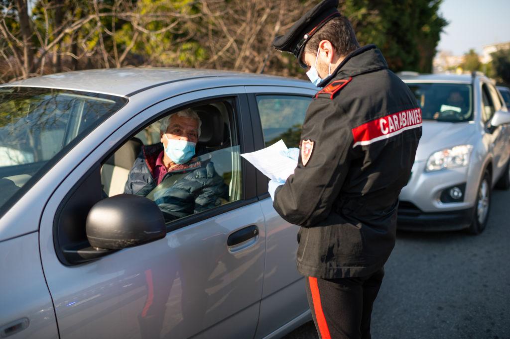 Un policía realiza un chequeo a un automovilista en Italia