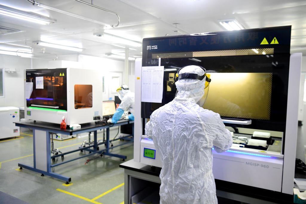 Un científico cumple labores en un laboratorio de la ciudad de Shenzhen