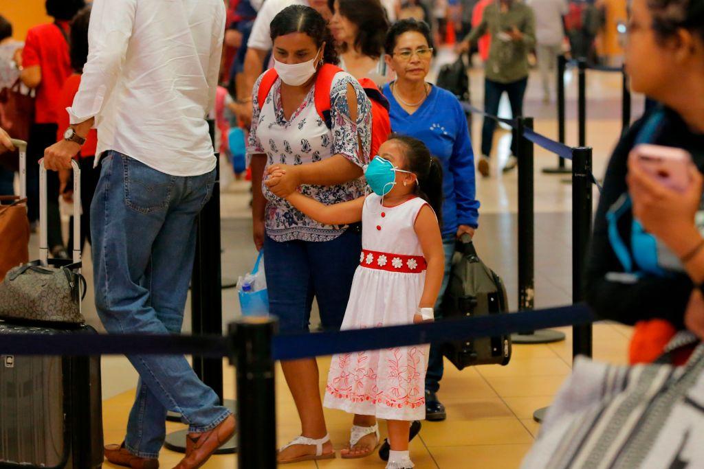 Unas pasajeras utilizan máscaras en el aeropuerto de Lima