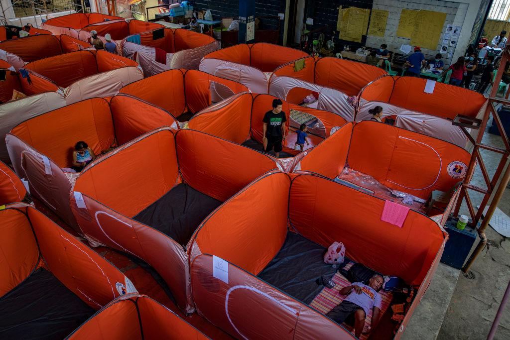 Personas sin hogar se encuentran en cuarentena en la ciudad filipina de Manila