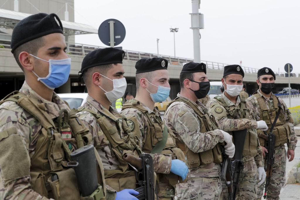 Militares del Líbano custodian el aeropuerto internacional de Beirut