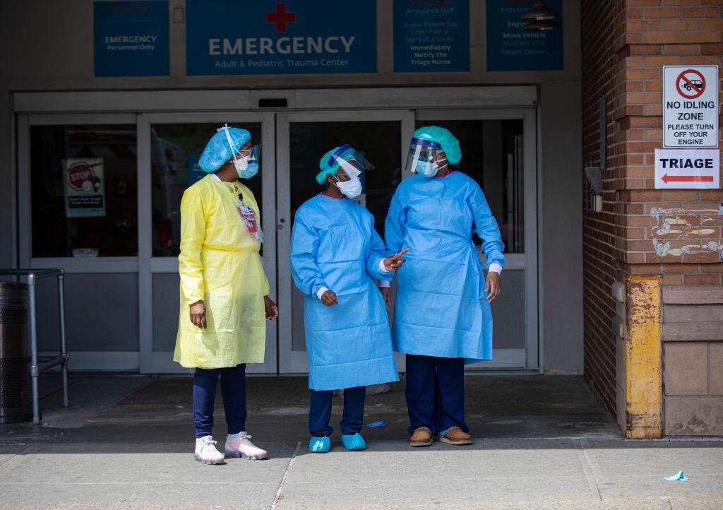Doctoras esperan la llegada de pacientes en el Maimonides Medical