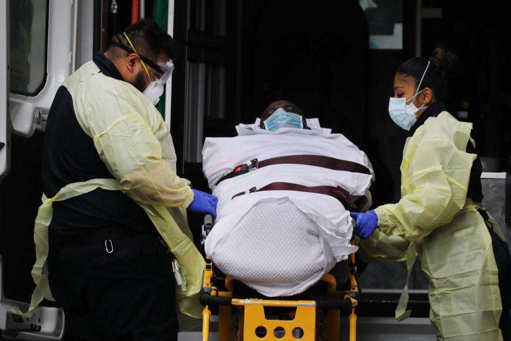 Funcionarios de emergencia transportan a un paciente en la ciudad de Nueva York