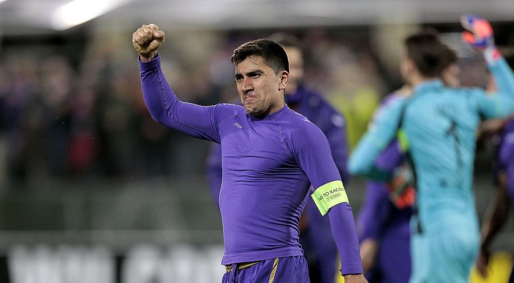 David Pizarro defendiendo a Fiorentina en la Europa League de la UEFA en 2015