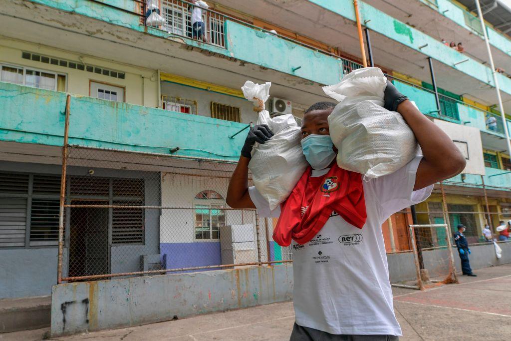 Un voluntario reparte alimentos en el barrio El Chorrillo de Ciudad de Panamá