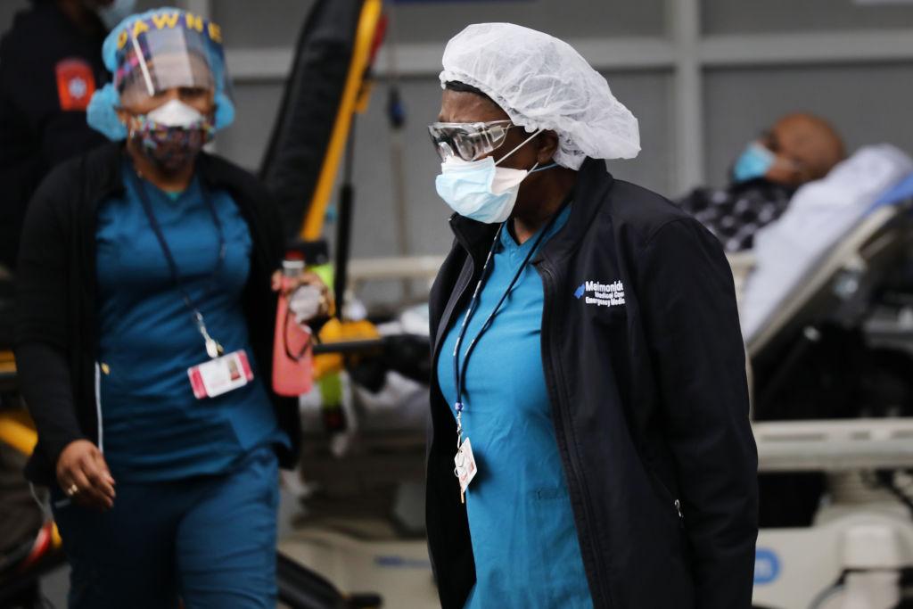 Dos doctoras reciben a pacientes en el Maimonides Medical Center de Nueva York