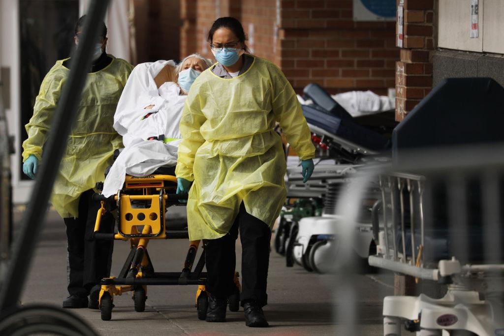 Un equipo médico ingresa a un paciente con Covid-19 en un hospital de Nueva York