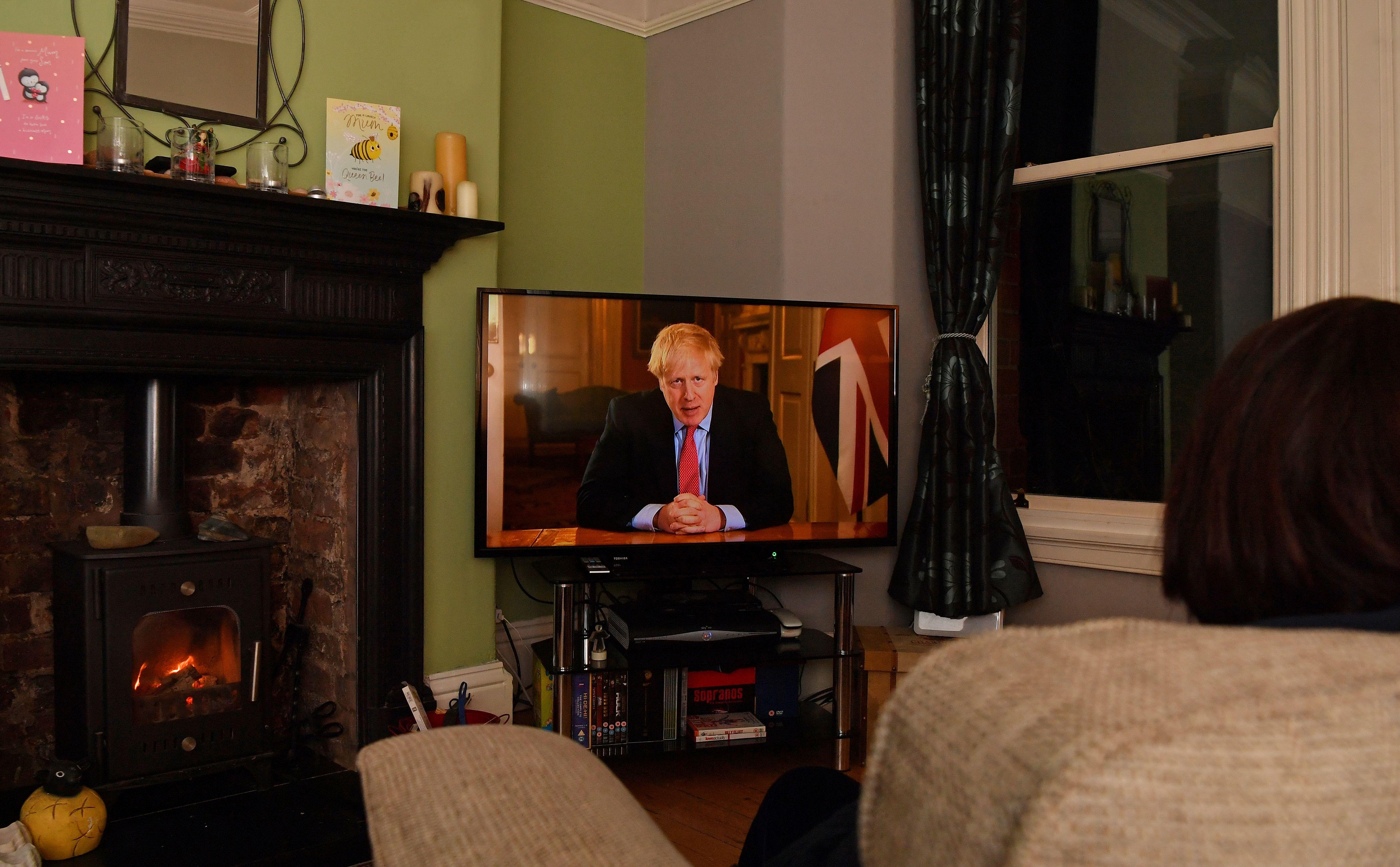 Una familia observa el último mensaje televisado de Johnson