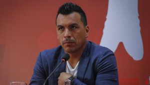 """Esteban Paredes entregó productos a familias más vulnerables en Cerro Navia: """"No critiquemos, solo ayudemos de cualquier forma"""""""