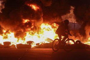 Manifestaciones e intento de saqueo a supermercado en Melipilla dejó a un funcionario de la PDI herido