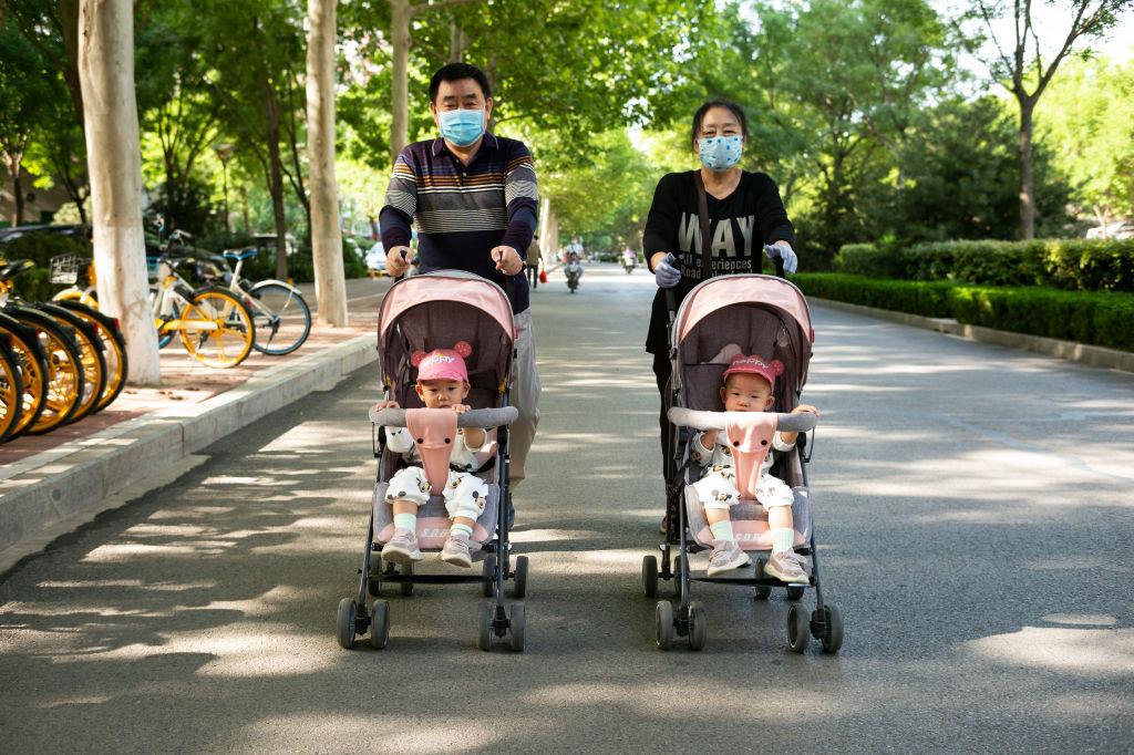 Una familia pasea en la ciudad de Jinan