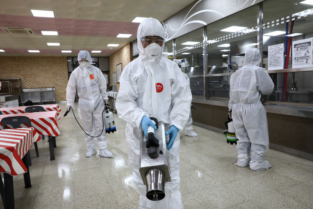 Trabajadores desinfectan una cafetería en Seúl