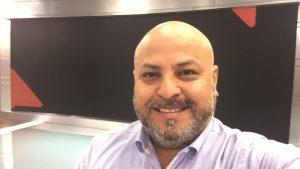 Periodista Miguel Acuña se encontró con su doble en pleno despacho