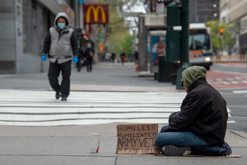 Un hombre pide limosna en la ciudad de Nueva York