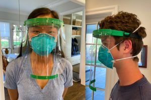 Jóvenes crean escudos faciales con impresoras 3D para enfrentar la pandemia