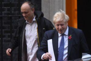 Asesor de Boris Johnson se niega a renunciar pese a romper cuarentena por Covid-19