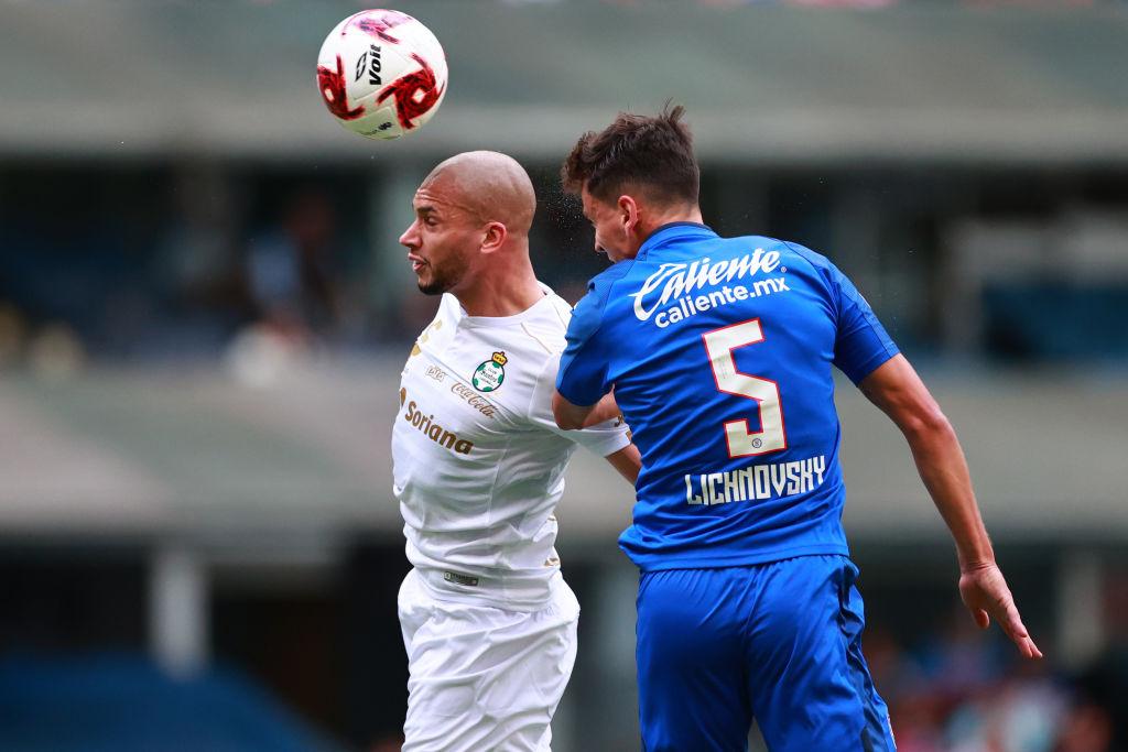 Igor Lichnovsky defendiendo al Cruz Azul