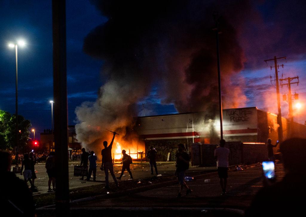 Una tienda para automóviles fue quemada en Minneapolis