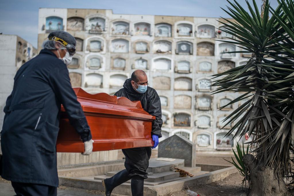 Trabajadores de funeraria trasladan féretro de muerto por Covid-19 en Perú