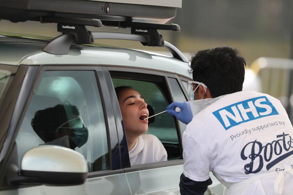 Trabajador de la salud realiza examen de Covid-19 en Reino Unido