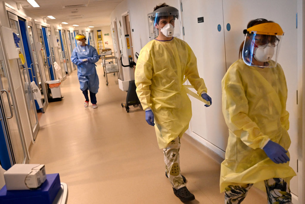 Los trabajadores de la salud enfrentan la pandemia en un hospital de Cambridge