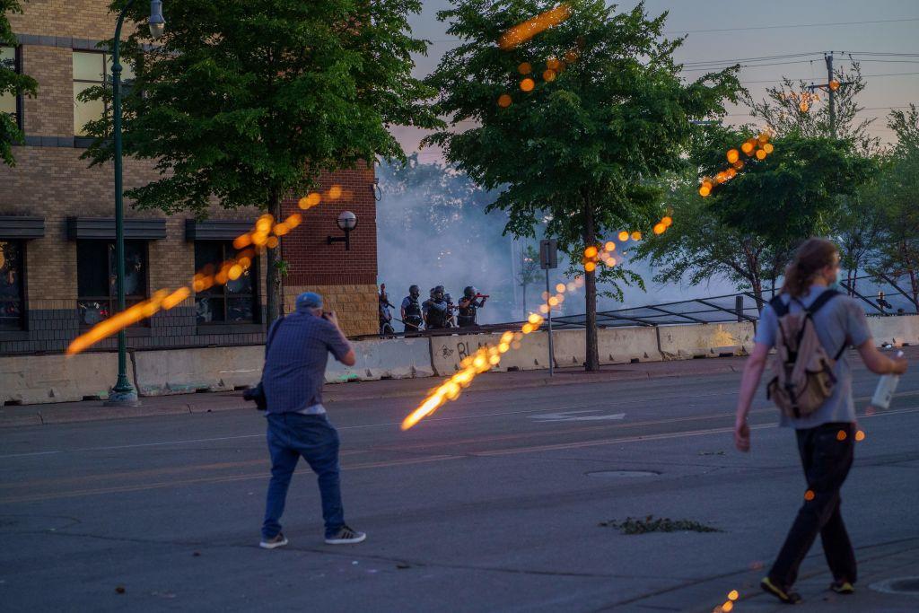 La policía reprime las protestas en Minneapolis
