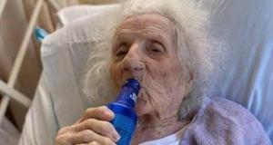 Abuelita de 103 años sobrevivió al coronavirus y lo celebró tomando su cerveza favorita