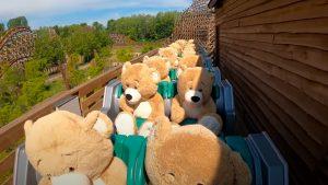 "Más de 20 osos de peluches ""se divierten"" en un parque de diversión holandés"
