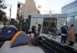 Centenares de extranjeros pernoctan al exterior de su sede diplomática a la espera de alguna solución debido a la pandemia por Covid-19