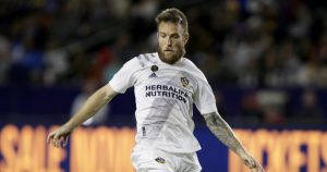 Los Ángeles Galaxy rescindió contrato de jugador luego que su mujer lanzara comentarios racistas