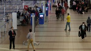 Coronavirus: matrimonio de cubanos lleva 71 días en el aeropuerto de Santiago a la espera de vuelo humanitario
