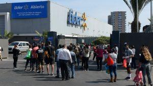 Walmart anunció que reducirá el horario de atención de 34 de sus supermercados en la región Metropolitana