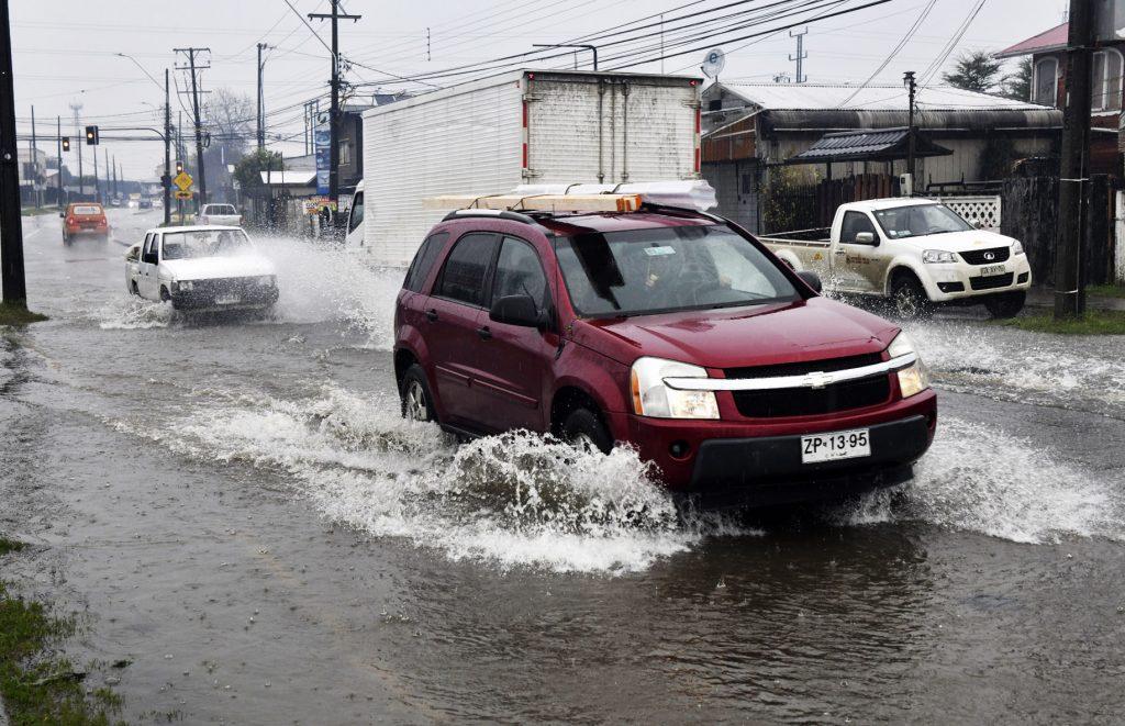 Reportan colapso de calles y escaleras en cerros de Valparaíso y Viña ante frente de mal tiempo
