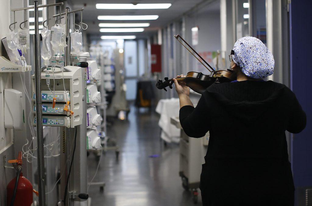 MULTIMEDIA/Cuerdas de Esperanza:Tens toca su violin a pacientes UCI