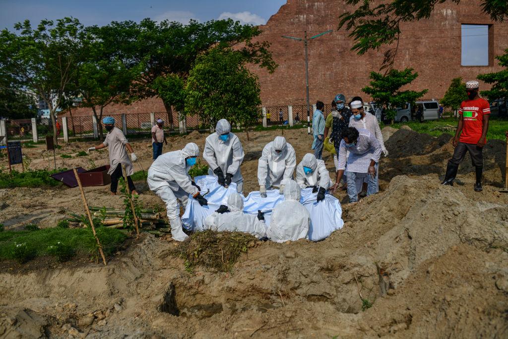 Trabajadores de cementerio entierran a víctima del Covid-19 en Bangladesh