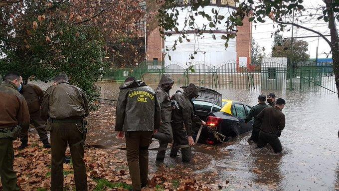Inundaciones en Maipú dejaron dos automóviles atrapados: Fueron asistidos por Carabineros