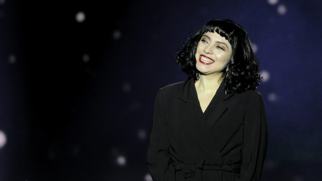 "Mon Laferte sacó fuertes aplausos con cover de ""Culpable o no"" de Luis Miguel"