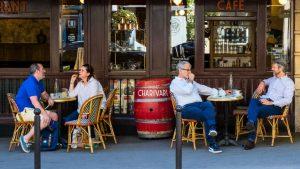 Francia reabrió cafés y restaurantes tras dos meses cerrados por pandemia de Covid-19
