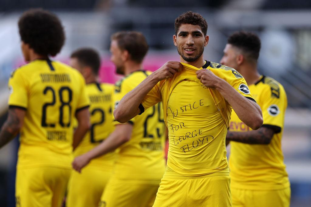 Achraf Hakimi festeja su gol pidiendo justicia