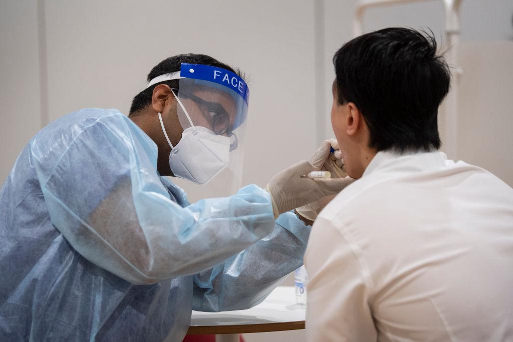 Un médico toma exámenes del Covid-19 en Londres