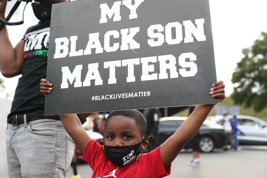 Un niño protestas contra la violencia policial